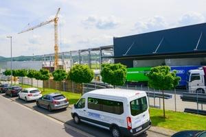 Zewotherm investiert in Digitalisierung und Nachhaltigkeit. Die neue Logistik- und Lagerhalle mitsamt Büros auf 4.000 m² ist bereits der sechste Anbau seit Firmengründung (Aufnahme während der Bauphase).