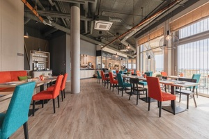 Gemeinsam mit der offenen Rohrkonstruktion sorgen die Klima-Innengeräte für einen industriellen Charme im Restaurantbereich. © ARBOREA Hotels &amp; Resorts<br />