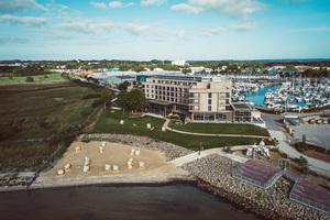 Das Arborea Marina Resort passt sich optimal in seine Lage zwischen Yachthafen, Salzwiesen und Ostsee ein. © ARBOREA Hotels und Resorts<br />