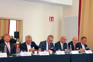 """<irspacing style=""""letter-spacing: -0.015em;"""">Vorstandstisch (v.l.n.r.): Günther Mertz, Karl-Walter Schuster, Udo Jung, Gerhard Warnke, Prof. Ulrich Eser, Prof. Dirk Müller</irspacing>"""
