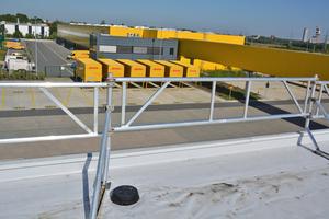 22.000 m<sup>2</sup> frisch saniert: das Flachdach über dem u-förmig angelegten DHL-Logistikzentrum