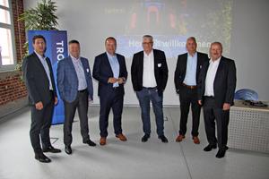Referenten und Gastgeber des 8. Trox X-Fans Events: Christian Söllner (links) und Hartmut Brandau (rechts) Trox X-Fans-Geschäftsleitung, Tim Boysen (2.v.l.) IT-Leiter Trox, Dr. Alexander Hoh 3.v.l.) Leiter F&E Trox, Klaus Ege (3.v.r.), Fact GmbH, Thorsten Dittrich (2.v.r.) Bereichsleiter Vertrieb Trox