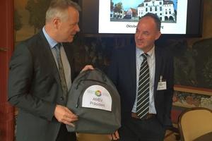 Torsten Wenisch (links), Referatsleiter Ingenieurtechnik und Gebäudemanagement im Ministerium für Finanzen Baden-Württemberg, übergibt den Vorsitz des AMEV gemäß Geschäftsordnung Ende des Jahres an seinen Nachfolger Walter Arnold.