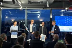 Goar T. Werner, ABE-Geschäftsführer (links) und der erste Vorsitzende des ABE, Günter Carpus (rechts) gratulieren den Finalisten des ABE_Award 2019: Philipp Hollberg (CAALA) und Dr. Markus Mathias (Scala) (Mitte v.l.n.r.).