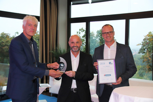 """<irspacing style=""""letter-spacing: 0.01em;"""">Dr. Stefan Burhenne (links), erster Vorsitzender des DFLW, überreicht den DFLW-Award an Reinhard Lausser (Mitte) und Tobias Schatz (rechts).</irspacing>"""
