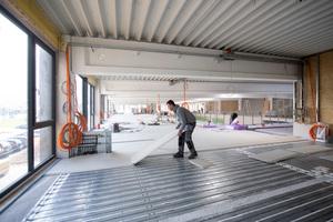 """Um im neu eingezogenen ersten Stockwerk, in der auf einer Stahlträgerbauweise basierenden Halle, eine Fußbodenheizung realisieren zu können, wurde auf das schnell zu verlegende """"TECEfloor""""-Trockenbausystem zurückgegriffen."""