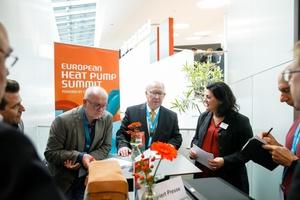 """""""Vor zehn Jahren hieß es: Die Wärmepumpe hat Zukunft. Heute ist Sie etablierte Technik,"""" sagte Dr. Rainer Jakobs (Mitte), Koordinator des EHPS."""