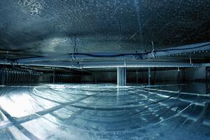 ... mittels Eisspeicher und Wärmepumpe, die mit eigenem PV-Strom versorgt wird, beheizt und gekühlt.
