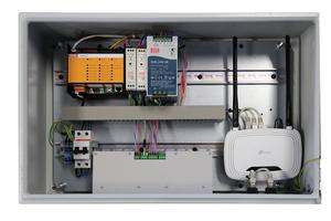 """<irspacing style=""""letter-spacing: -0.005em;"""">Der zentrale Schaltschrank des """"EVC""""-Systems: Hier laufen die Signale der Zonen-Hubs und der Lüftungsgeräte zusammen. Die Verbindungen werden wiederum mit steckerfertigen Leitungen hergestellt. Ein integrierter WiFi-Router ermöglicht den Fernzugriff. </irspacing>"""