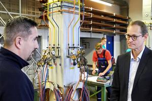 Michael Müller (r.), Regierender Bürgermeister von Berlin, informiert sich über die zahlreichen Ausbildungsberufe der TGA-Branche.