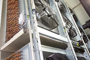"""Hinter der Klimakammer sind die drückenden Ventilatoren der Güntner-Luftkühler """"Application Blast"""", Typ GFN, montiert."""