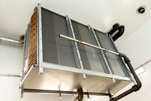 Die Abtauung der Luftkühler erfolgt mit Warmsole und kann elektrisch erweitert werden; zu diesem Zweck sind die Wannen beheizbar ausgeführt.