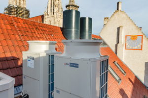 Vier Hybrid-VRF-Außengeräte sind auf einem Plateau auf dem Dach aufgestellt.