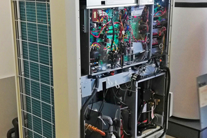 Dort wurden u.a. Anlagenkomponenten (hier eine CO<sub>2</sub>-Wärmepumpe) besichtigt.