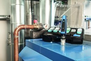 """Das Set zur Wasserqualitätsbestimmung enthält das Sensormodul """"CAPBs sens WQ&nbsp;10"""" sowie die zugehörigen Kalibrierlösungen und Probenbehälter.<br />"""