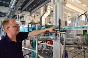 Das Modell eines Kanalnetzes ist aus Acrylglas. Prof. Dr. Helmut Grüning simuliert damit, wie Wasser im Kanal fließt und wie es von Hindernissen beeinflusst wird.
