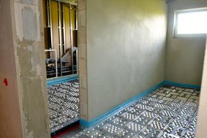 ... und den Sanitärbereichen wurde die Fußbodenheizung verlegt.