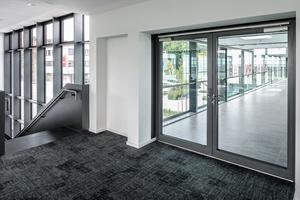 """Die Glasbrücke zwischen Akademie und Spielstätte wird beidseitig durch die Rauchschutz-Türsysteme """"ADS 65.NI SP"""" gesichert.<br />"""