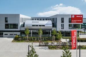 Das dreigeschossige Akademiegebäude auf dem FC Bayern Campus integriert u.a. Sportstätten, Büros, Apartments, Aufenthaltsbereiche sowie eine Mensa.<br />