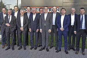 Mitglieder des BDH-Vorstandes und die Geschäftsführung vor dem Energy Campus in Holzminden