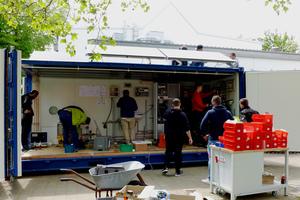 """Im interdisziplinären Projekt """"SHK4FutureEnergysystems"""" bauten Studenten und Auszubildende des SHK-Handwerks einen energieautarken Wohncontainer."""