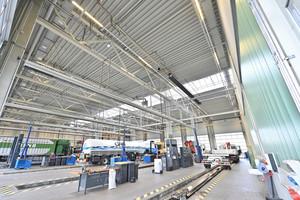 """Der große Werkstattbereich wird mit Dunkelstrahlern in Kombination mit dem Brennwertsystem """"tetraSchwank"""" beheizt."""