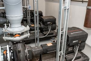 """Kühlwasser-Rückläufe mit Blockpumpen vom Typ """"NKE 125-200"""" mit integriertem Frequenzumrichter"""