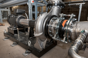 """Größte Pumpe in der Anlage: anlagenspezifisch konfigurierte """"NKG 300-250-400"""" im Sprühwasserkreis 1 in Edelstahlausführung"""