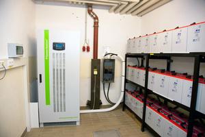 """Der """"SPS"""" übernimmt das Management aller Energiequellen inklusive der eigenen Erzeugungsanlagen und der Verbraucher. Die Steuerung und Überwachung der eingesetzten Bleigel-Batterien erfolgt über das integrierte Programm """"Battery Care System""""."""