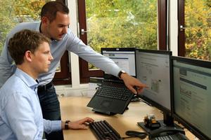 Eine Software hilft einfach dabei zu prüfen, für welche Gemeinde die neue Technik in Frage kommt. Im Bild: Philipp Müller (vorne) und Andreas Glöckner.