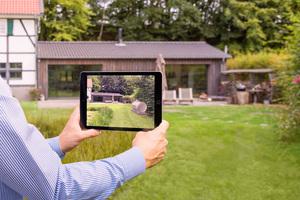 Mithilfe der AR-App können die Interessenten gemeinsam mit ihrem Primagas-Berater testen, welche Position auf ihrem Grundstück optimal für ihren neuen Flüssiggastank ist. DiePreview auf dem iPad zeigt realistisch, ...