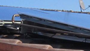 Aufgeständerte Kollektormontage bei der untersuchten Anlage: das geschlossene Aufständerungsprofil (Oberkante Kollektor) behindert die rückseitige Luftzirkulation