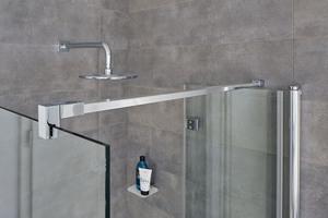 Die rechteckige Stabilisierung gibt der Duschkabine den nötigen Halt.<br />