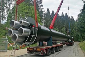 Schornstein in XXL-Ausführung. Die fünfzügige Abgasanlage ragt rund 35m in die Höhe. Zahlreiche Genehmigungsverfahren mussten vor Aufstellung durchlaufen werden.