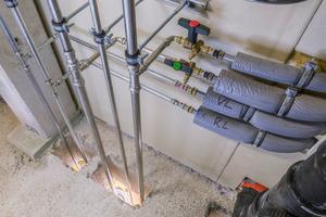"""<irspacing style=""""letter-spacing: -0.01em;"""">Die Steigleitungen sind aus Edelstahl (Trinkwasser) und verzinktem Stahl (Heizung), die Anbindeleitungen in den Holzmodulen aus Kunststoff – also eine klassische Mischinstallation. Hierfür stellte Viega auch die bauordnungsrechtlich notwendige aBG bei.</irspacing>"""
