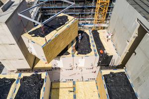 Eine schon vor Baubeginn im Detail abgeschlossene Planung im Zusammenhang mit einem genehmigungsfähigen Brandschutzkonzept machte diese neue, zeitsparende Holzmodulbauweise möglich.