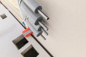 Exakt zu den Versorgungsleitungen, die aus den Modulen herausgeführt werden, sind in den Flurdecken die Ausschalungen für die Steigleitungen eingeplant.