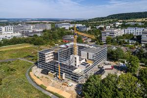 Das Studentenwohnheim in Göttingen ist in Hybridbauweise erstellt: Erdgeschoss, Treppenhäuser und die Decken notwendiger Flure sind aus Stahlbeton, die Raummodule aus Massivholz.