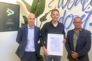 """Rick Voogt (Mitte), Mitgründer des Salto-Tochterunternehmens Clay Solutions, mit ISO 27001-Zertifikat, das dem Unternehmen und """"Salto KS"""" höchste IT-Sicherheit bescheinigt."""