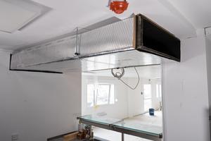 """Die """"Climaver A2 neto""""-Platten sind nicht brennbar (Euroklasse A2-s1, d0), erfüllen die Anforderungen gemäß M-LüAR und sind im Bereich von Flucht- und Rettungswegen einsetzbar."""