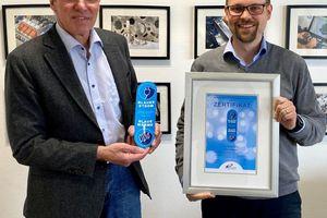 Claus Heinrich Stahl (links), Präsident des B.KWK verleiht die ersten Zertifikate für Blauen Strom und Blaue Wärme an Andreas Weigel, Geschäftsführer von KW Energie.