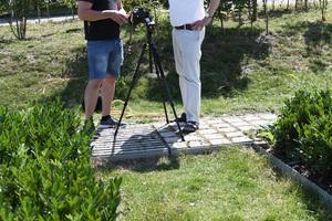 Reinhold Henrichmann (links) und Prof. Dr. Mathias Uhl testen den Messaufbau an einer der vier Versickerungsmulden am Fachhochschulzentrum, die der Fachbereich Bauingenieurwesen mit verschiedenen Pflanzen bestückt hat.