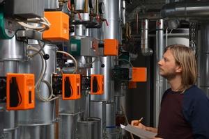 Ungünstige Reglereinstellungen (u.a. bei Vorlauftemperaturen und Erzeugerfolge), unangepasste Volumenströme und ein bezüglich der Nutzungszeiten unvorteilhafter Betrieb sind ein häufiges Hindernis für einen energieeffizienten Anlagenbetrieb.