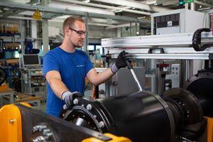 """Die Produktion des elektrischen Radnabenantriebs """"ZAwheel"""" für Elektrobusse in Kupferzell nimmt Fahrt auf."""