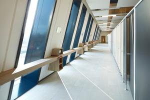 Auch im Innenraum (Umkleidebereich) sind die schräggestellten<br />Fassaden erlebbar.