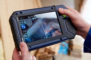 """Dank Joystick intuitiv zu bedienen und mit einem brillanten 7""""-TFT-Farbmonitor ausgestattet: die Monitoreinheit des HD-Videoinspektionssystems """"VIS 700"""""""