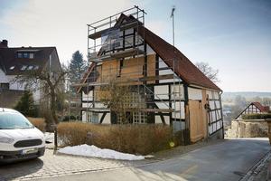 1730 wurde dieses denkmalgeschützte Fachwerkhaus nach einem Großbrand auf den Grundmauern eines noch älteren Objektes errichtet. Jetzt wird es, auch energetisch, kernsaniert.