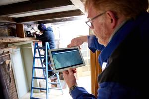 """Dank des integrierten WLAN-Moduls im Videoinspektionssystem """"VIS 700"""" kann Udo Kaiser unter beengten Platzverhältnissen die Videoinspektion direkt auf dem Tablet mit verfolgen."""