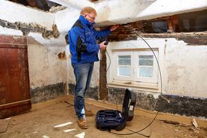 Wo auch nur ein kleiner Zugang ist, gelang man mit dem Videoinspektionssystem auch in den letzten Winkel zwischen Wand und – hier – Dachstuhl.