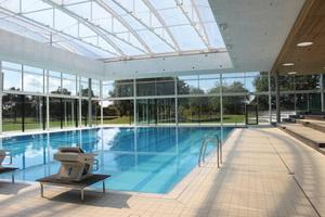 Das Cabriofeeling macht den besonderen Charme des neuen 25-m-Beckens im Fächerbad Karlsruhe aus.